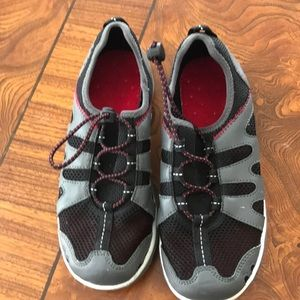 Lands End Water play shoe size 2 EUC Black/Gray